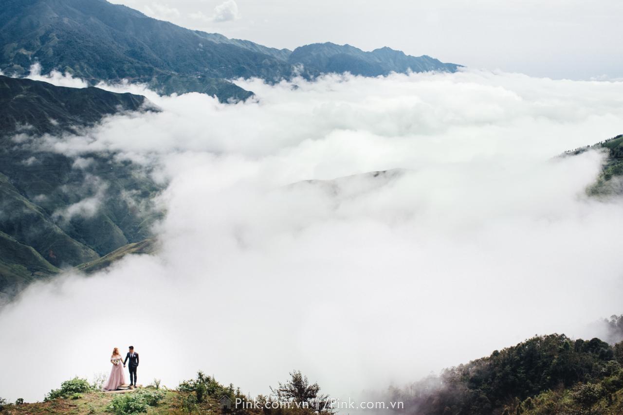 Trời đất bao la, có núi, có mây trở thành bối cảnh chụp ảnh cưới cho đôi bạn trẻ.