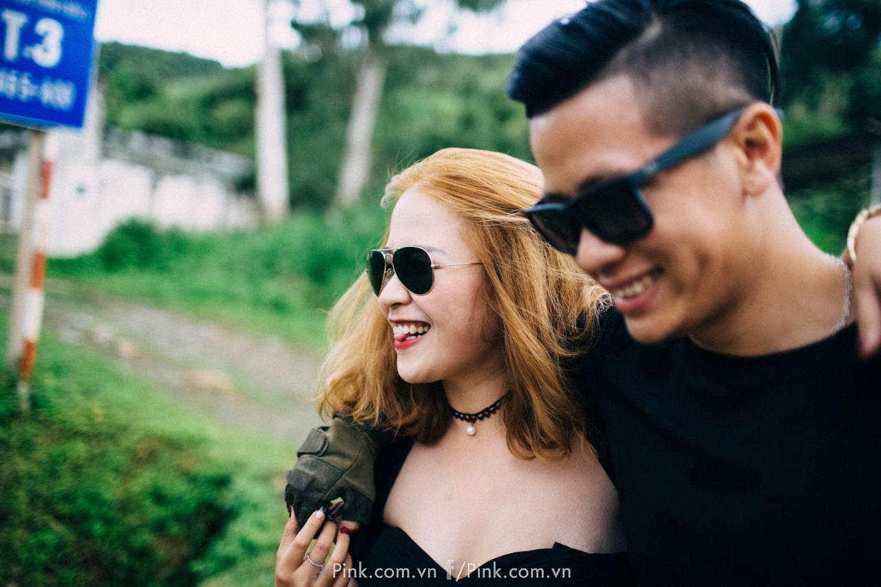 Giữa thời tiết nắng mưa thất thường của mảnh đất Sơn La, cặp đôi trẻ tuổi vẫn không thể giảm nhiệt huyết và sự hào hứng khi chứng kiến tận mắt quang cảnh hùng vĩ của Sống Khủng Long.